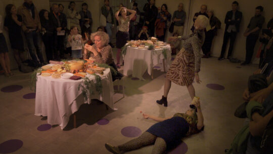 """Dafna Maimonin performanssi """"Eat All You Can"""", 2018, Musee d'Art Judaïsme, Mahj, Pariisi, FR. Valokuvaus Ethan Hayes-Chute."""