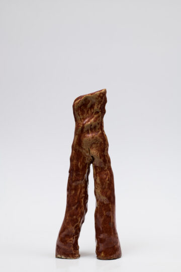 Simone Fattal's piece Young Warrior (2000). Glazed stoneware, 27 × 10.5 × 4 cm/ Courtesy of the artist. Photography by François Doury.